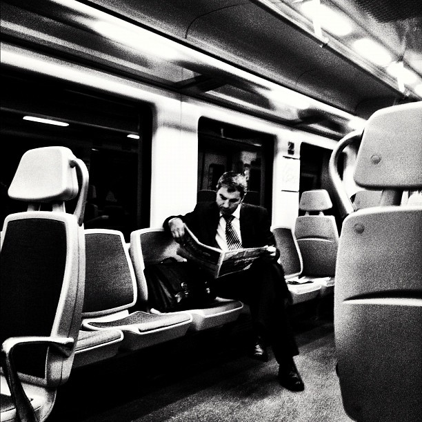 El lector solitario          by Javier Matín barcelona, igers, igersbcn, iphoneography, iphonesia, passengers, street, streetphotography, ubiquography,