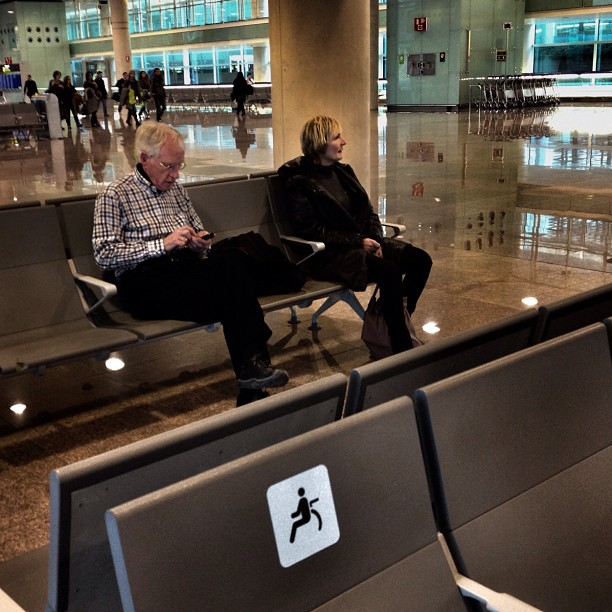 Esperando... by Fon Simó aeroport, aeropuerto, airport, barcelona, iphonesia, passengers, ubiquography,