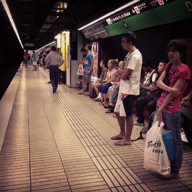 TMB en huelga... Todos los transportes están llenísimos!     by Rodrigo Gómez bcn, huelga, metro, passengers,