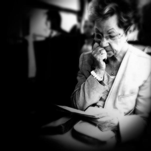Se sabe de memoria cada palabra que hay escrita en ella. Conoce cada letra, cada pliegue, cada lágrima que hay marcada. Grabados en su memoria están su olor y su tacto. Mil veces habrá leído esa carta... Mil veces se habrá emocionado... by Carolina de Britos blackandwhite, bus, bw, jj_forum, letter, passengers, sushidetortilla,