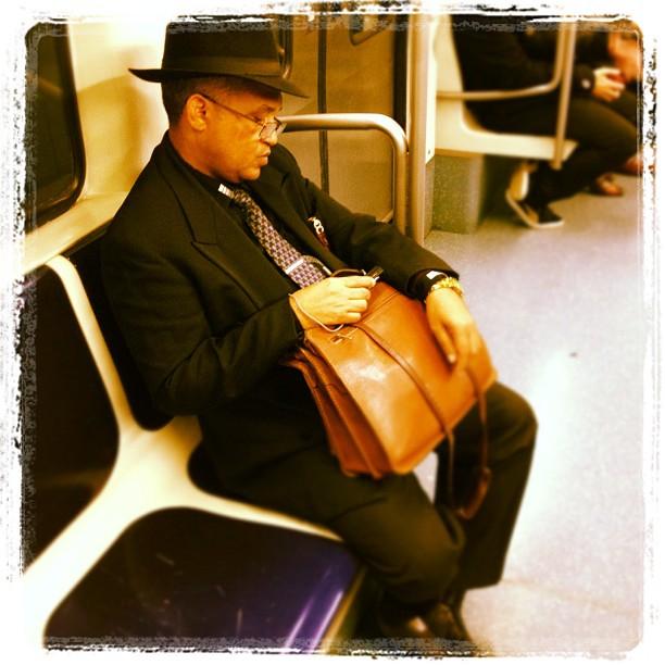 Durmiendo o mirando el mp3? by Fon Simó passengers, streetphotography,