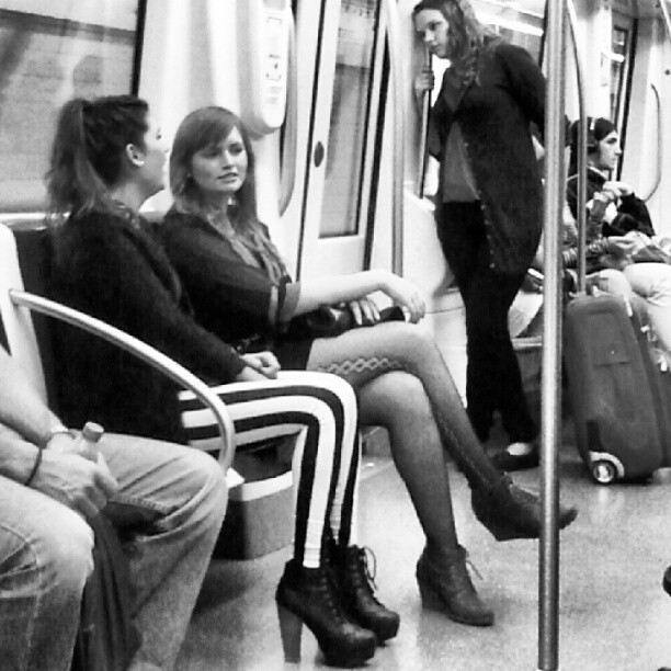 Atrayendo miradas ... by miguel sánchez barcelona, clubinstagram, clubsocial, daily, fotodeldia, igdaily, igers, igersbarcelona, instadaily, instagood, instagram, instagramers, instagramhub, instahub, instamood, iphonesia, metro, pasajeros, passengers, photogramers, photooftheday, phototitos, picoftheday, statigram, street, streetphotography, suburban, subway, underground, webstagram,