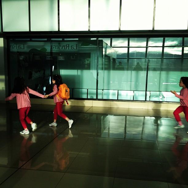 Corre, que se va el avión...  by Rafa Pérez passengers,