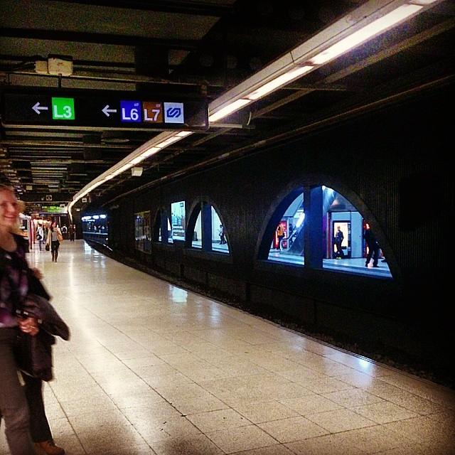 Primer metro de la mañana,  pero con una sonrisa :), gracias chica desconocida, by miguel sánchez igersbcn, igerscatalunya, passengers, streetfotografia, streetphotography,