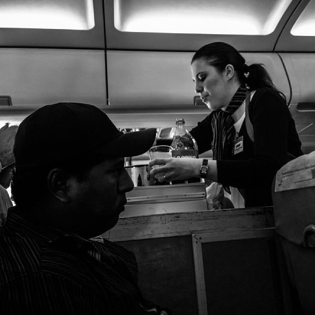 Onboard service... Serviço de bordo...  by Paulo Wang passengers,
